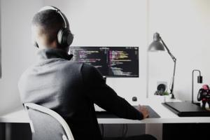 Les 10 professions tecnològiques més buscades del 2021 (i quant guanyen)
