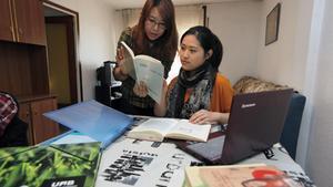 Xi Zhang (con gafas) y Hongru Xing, dos estudiantes de Traducción e Interpretación en la Universitat Autònoma de Barcelona.