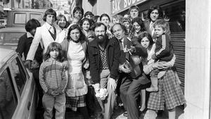 Retrato de la familia de los Porrina, antiguos residentes de la barriada chabolista de La Perona, en los años 80. El patriarca aparece tocando la guitarra.
