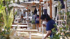 Los trabajadores de un restaurante madrileño arreglan la terraza para su reapertura