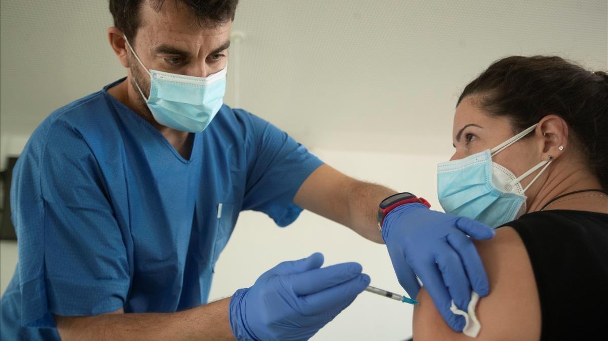 Vacunación de personal sanitario en el CAP Manso de Barcelona.