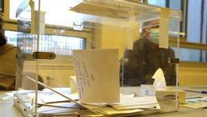 Urna con papeletas de voto en las elecciones catalanas del 14-F.