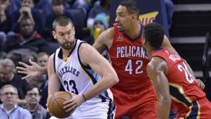 Marc Gasol piensa una jugada ante la oposición de Ajinca y Hield en el Memphis-Pelicans.