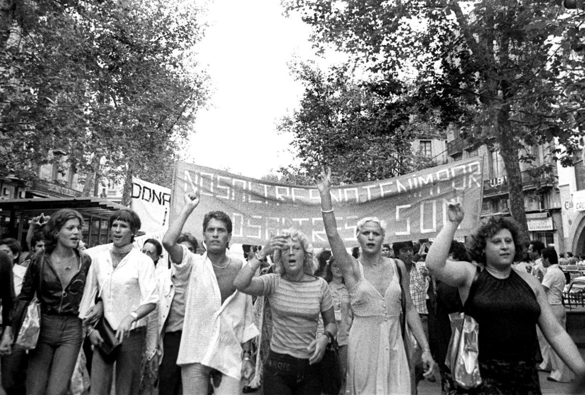 Primera manifestación en España por los derechos homosexuales, en la Rambla de Barcelona el 26 de julio de 1977, convocada por el Front d'Alliberament Gai de Catalunya (FAGC) y encabezada por travestis.