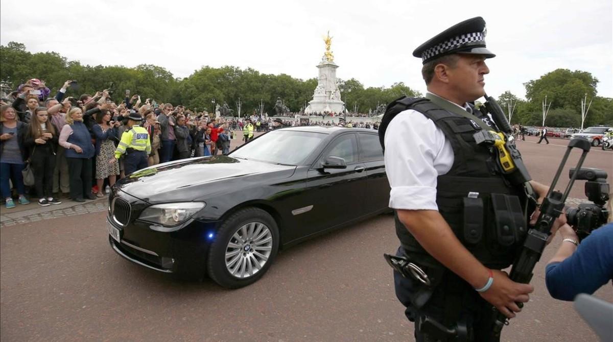 Theresa May llega en automóvil a Buckingham Palace, en Londres, esta tarde.