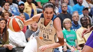 Anna Cruz encara la canasta tras driblar a una rival durantes la final de la conferencia Oeste de la WNBA.