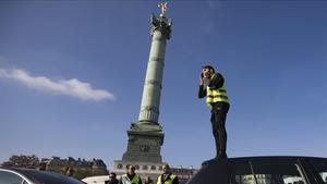 Fotografia del 17 de noviembre del 2018,cuando arrancó las protestas de los 'chalecos amarillos', en la que un hombre , subido en un coche, se dirige a los manifestantes en la plaza de la Bastilla, en París.