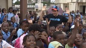 Orlando Bloom ayuda a niños de Mozambique afectados por un ciclón.