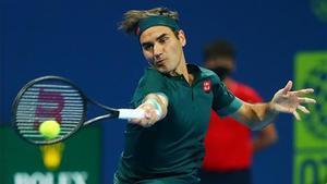 Federer golpea una derecha, en Doha.