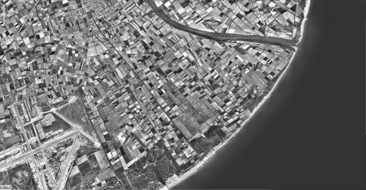 Fotografía de la desembocadura del río Llobregat, flanqueada por mosaicos de campos de cultivo, tomada en 1956.