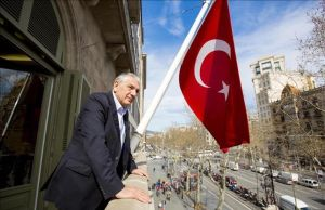 El anterior Embajador de Turquía, Ömer Önhon, en el Consulado de Turquía en Barcelona.