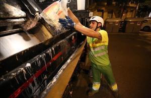 Imagen de archivo de un operario recogiendo basura.