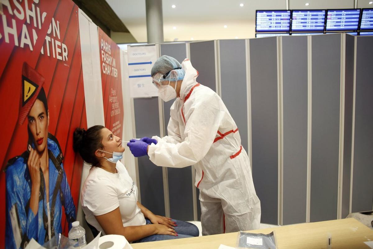 Una joven se somete a un test PCR en el aeropuerto Charles de Gaulle de París.