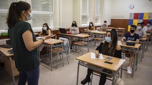 Les escoles de Catalunya reobren aquest dilluns amb restriccions i crítiques