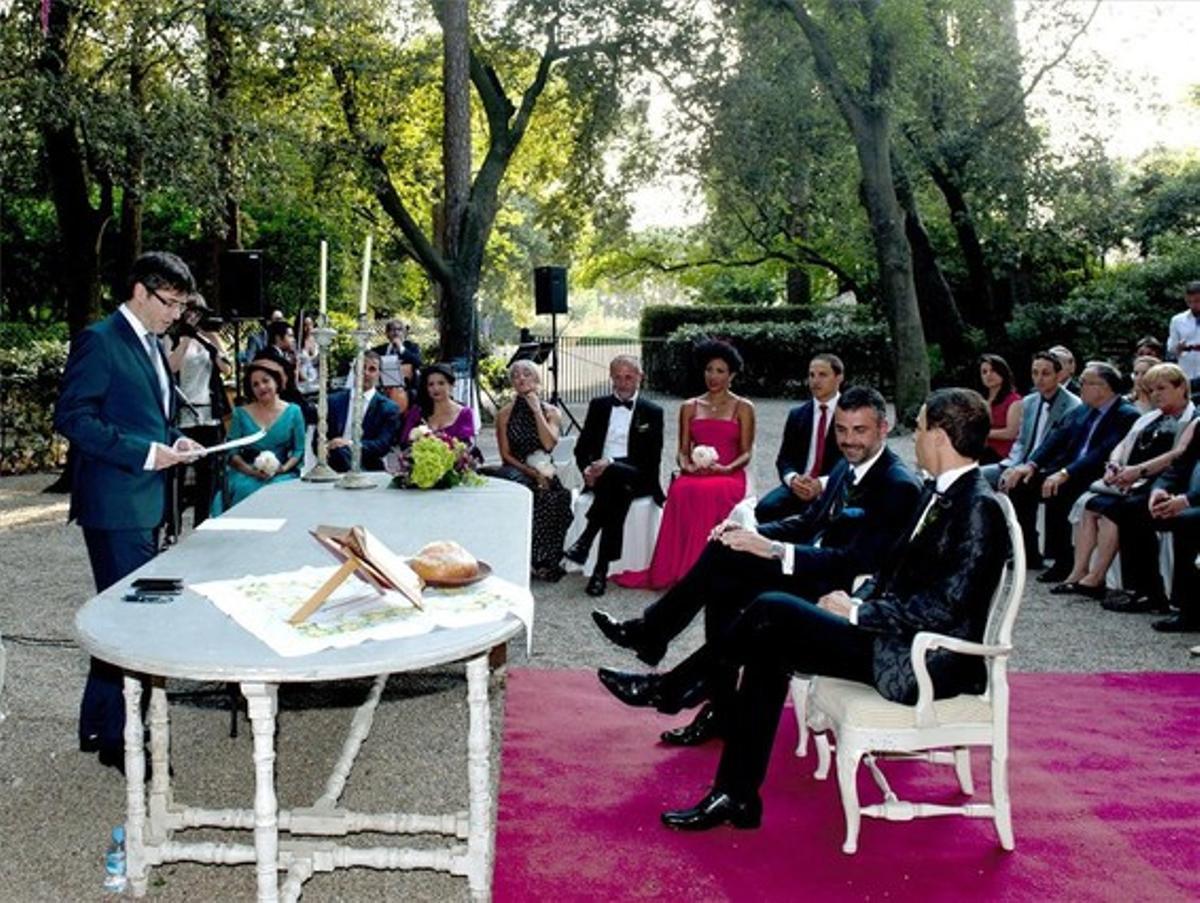 Santi Vila y su novio, durante la ceremonia en el Castell de Perelada, este sábado.