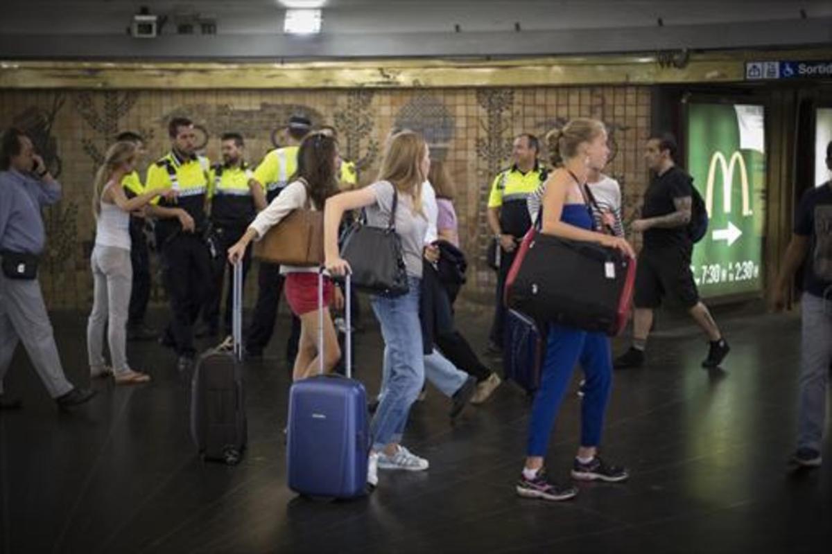 Movilidad 8 Visitantes con sus maletas transitan por el vestíbulo de la parada de metro de plaça Catalunya.