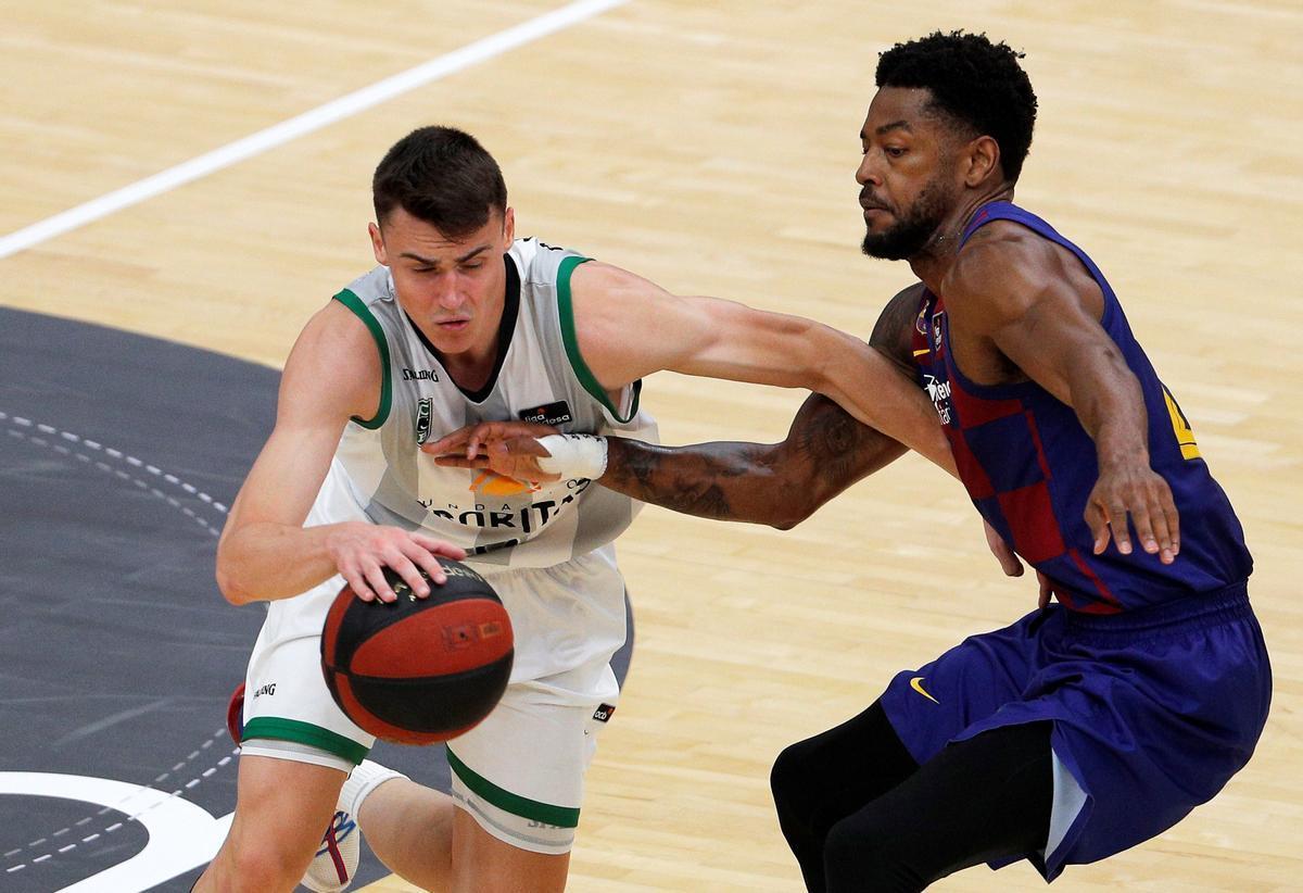 Dimitrijevic controla el balón, defendido por Higgins, en un reciente Penya-Barça
