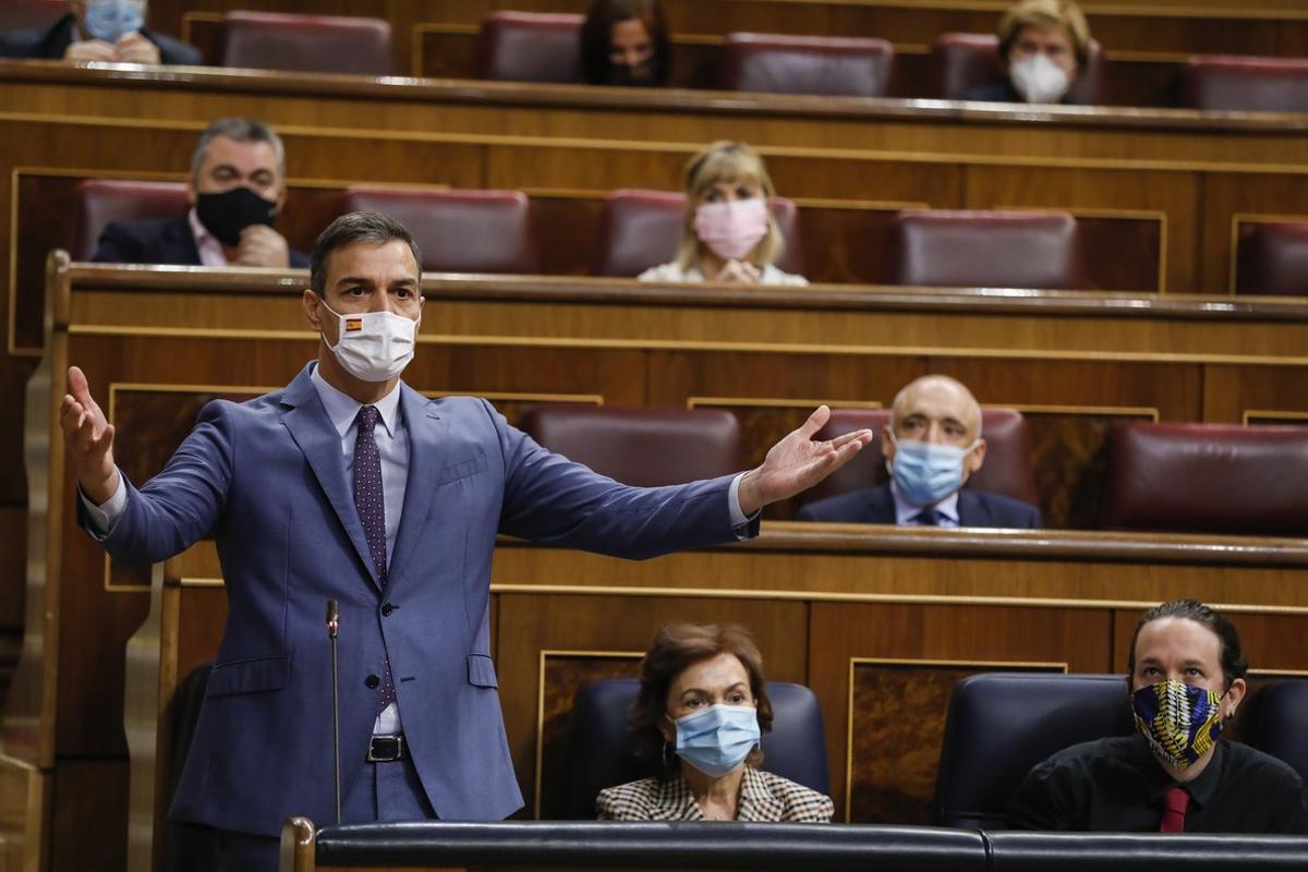 El presidente del Gobierno, Pedro Sánchez, replica a Pablo Casado durante la sesión de control del pasado 14 de octubre en el Congreso.