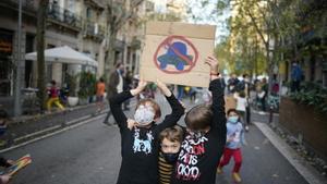 Alumnos de una escuela del Eixample protestan en la calle por la contaminación de los coches