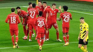 Los jugadores del Bayern celebran uno de los goles en Dortmund.