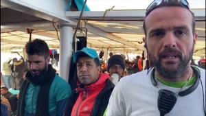 El 'Open Arms', atestado de inmigrantes, a la espera de recibir autorización para desembarcar.