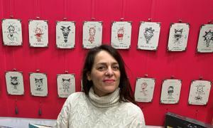 La autora, Francina Cortés, junto a sus originales diseños.