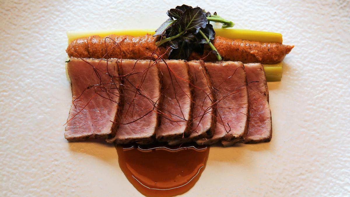 """Receta """"súper fácil y sabrosa"""": 'tataki' de ventresca de atún, puerros confitados y romesco"""
