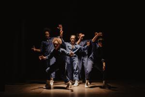 Los bailarines de 'Interferències', con el mono de trabajo.