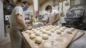 Trabajadores de una panadería en Valencia.