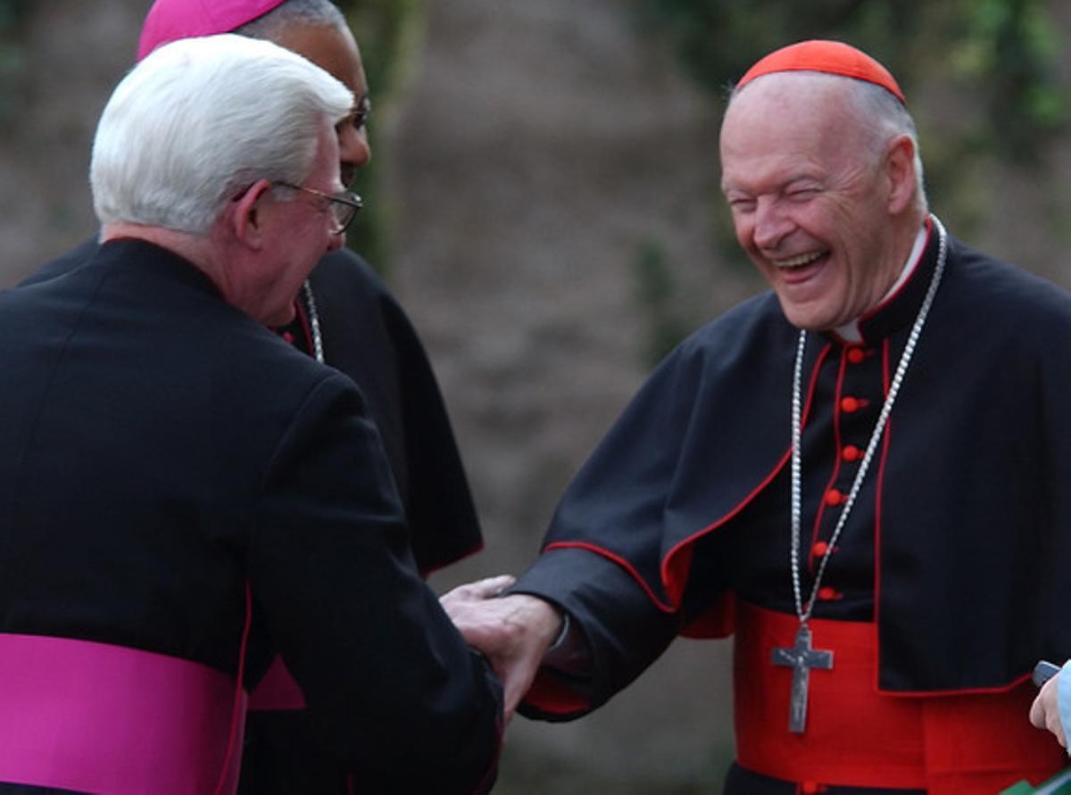 El cardenal de Washington Theodore McCarrick sonríe junto a los obispos William P. Fay y Wilton Gregory, en una imagen de archivo.