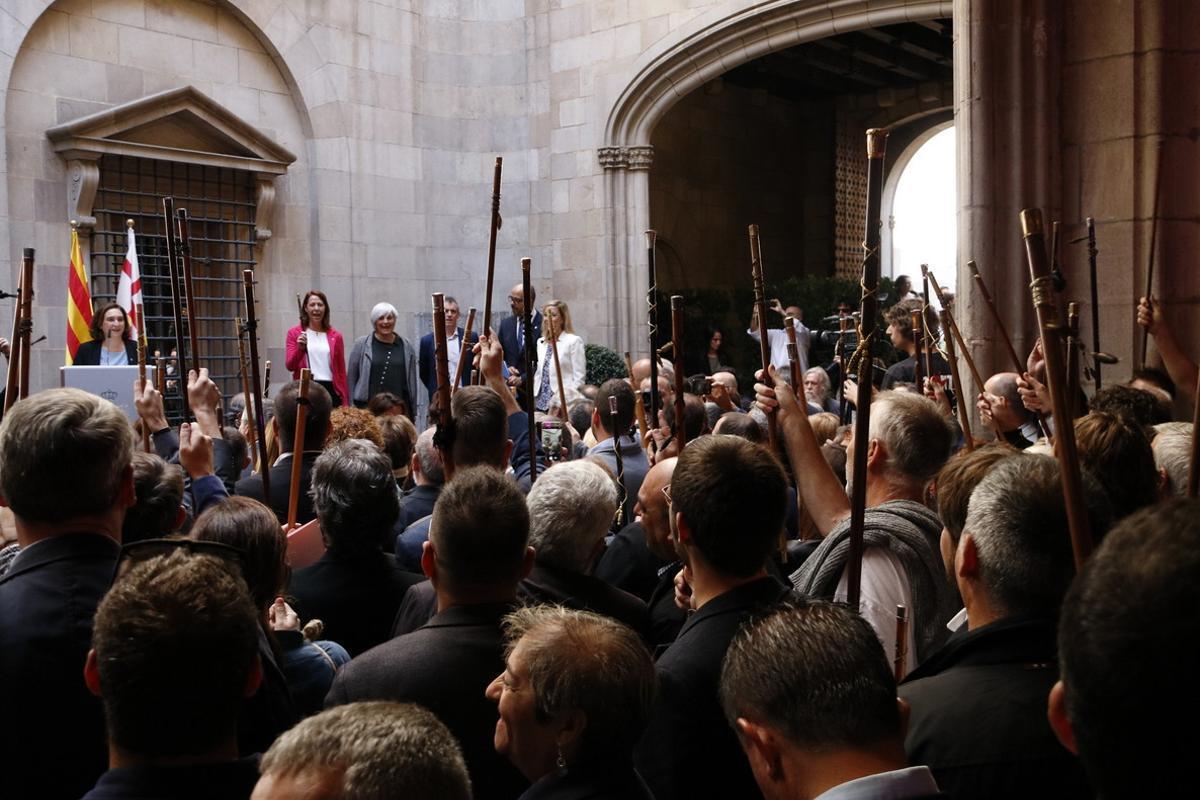 Ada Colau recibe a los alcaldes soberanistas, este sábado en el Ayuntamiento de Barcelona.