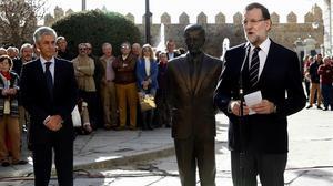 El presidente del Gobierno junto con el hijo de Adolfo Suárez y la estatua del expresidente del Gobierno, hoy en Ávila.