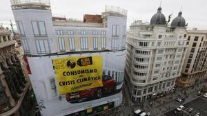 Greenpeace boicoteja el Black Friday a Madrid amb una gran pancarta