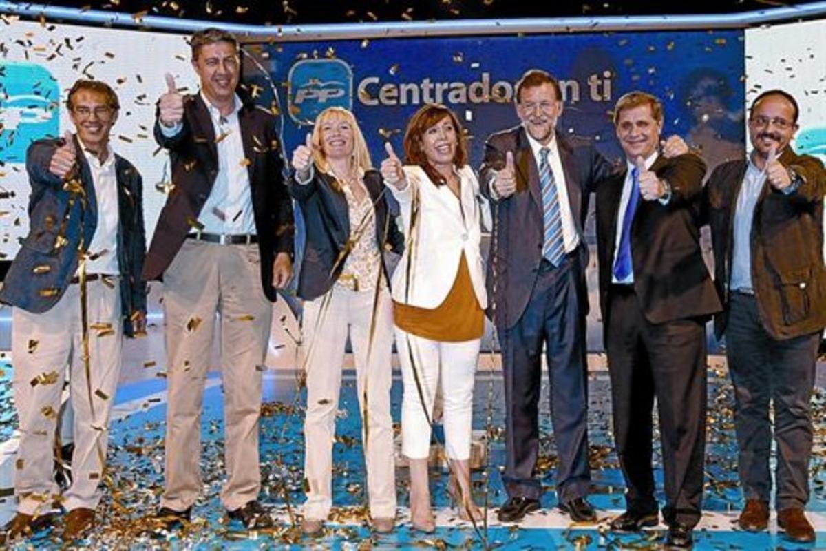 De izquierda a derecha, Juan Carlos del Río, alcaldable del PPC en L'Hospitalet; Xavier García Albiol, candidato en Badalona; Imma Manso, aspirante en Lleida; Alicia Sánchez-Camacho; Mariano Rajoy; Alberto Fernández Díaz, alcaldable en Barcelona, y Alejandro Fernández, candidato en Tarragona, ayer.