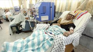 Una paciente de diálisis en un hospital de Gaza.