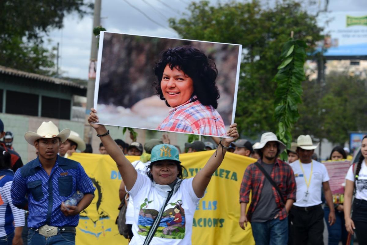 Activistas recuerdan a Berta Cáceres al año de su asesinato en Tegucigalpa.