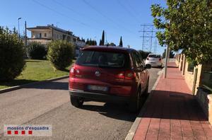 El coche del supuesto mafioso en una calle de una urbanización de El Vendrell.