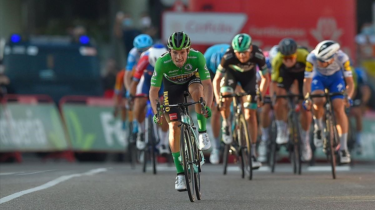 Primoz Roglic supera al resto de rivales, en la llegada de la Vuelta a Suances.