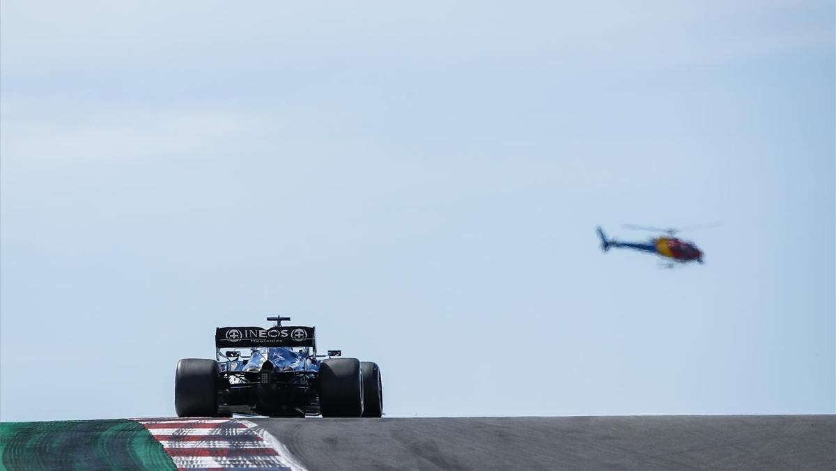 Un helicóptero sobrevuela el circuito de Portimao mientras Hamilton rueda en los libres.