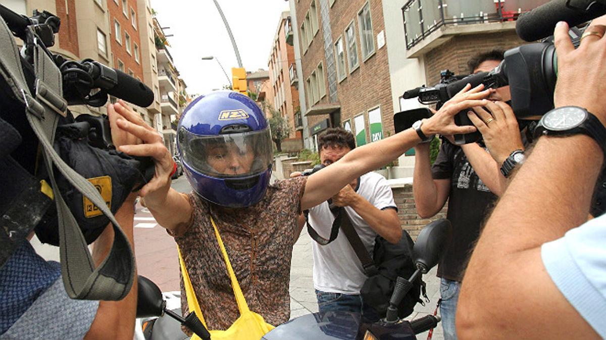 Mireia Pujol, hija pequeña del 'expresident', huye en moto de la prensa con un giro en dirección contraria pasando muy cerca de un taxi.