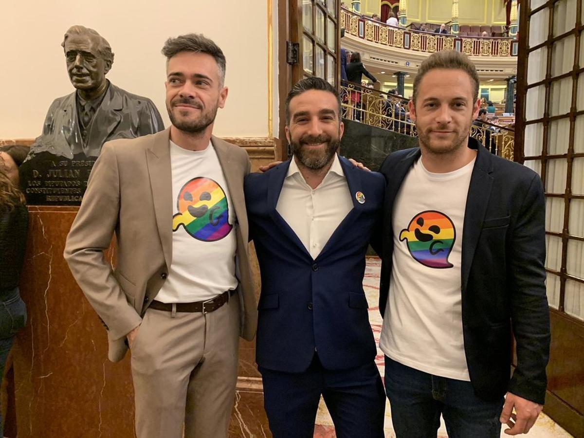 Felipe Sicilia, Francisco Polo y Arnau Ramírez, diputados del PSOE, lucen el símbolo del 'fantasma gay de Vox' en la sesión constitutiva del Congreso.
