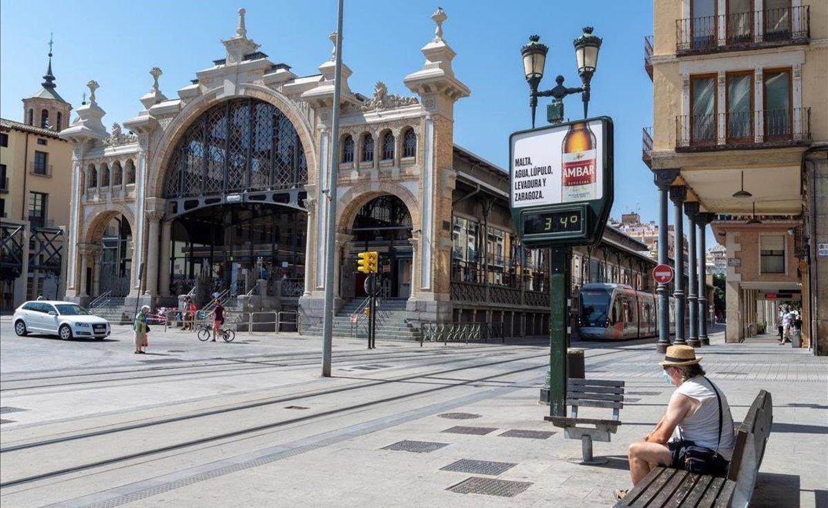 La plaza del Mercado Central de Zaragoza, este jueves, práctiamente vacía de gente. El termómetro marca 34 grados.