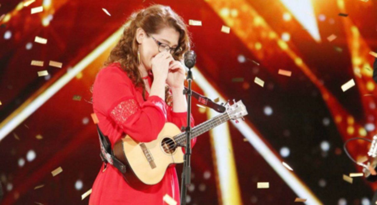 La cantante Mandy Harvey tras su actuación al recibir el pase directo a la final.