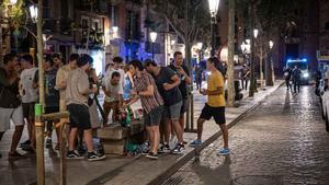 Botellón en el paseo del Born, en Barcelona, a finales del mes de agosto.