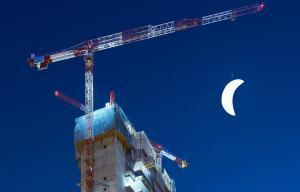 La Torre Caleido con una luna suspendida del artista SpY.