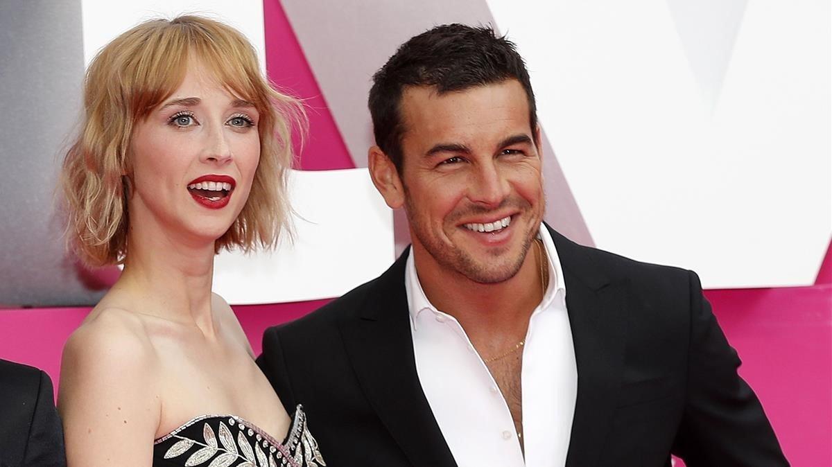 Ingrid Garcia Jonsson y Mario Casas, en la presentación en Cannes de la serie de Movistar+ 'Instinto'.