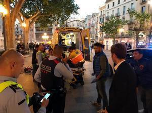 Efectivos policiales y médicos en la Rambla de Figueres, tras la agresión.