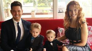 Michael Bublé y Lusiana Lopilato posan con sus dos hijos.