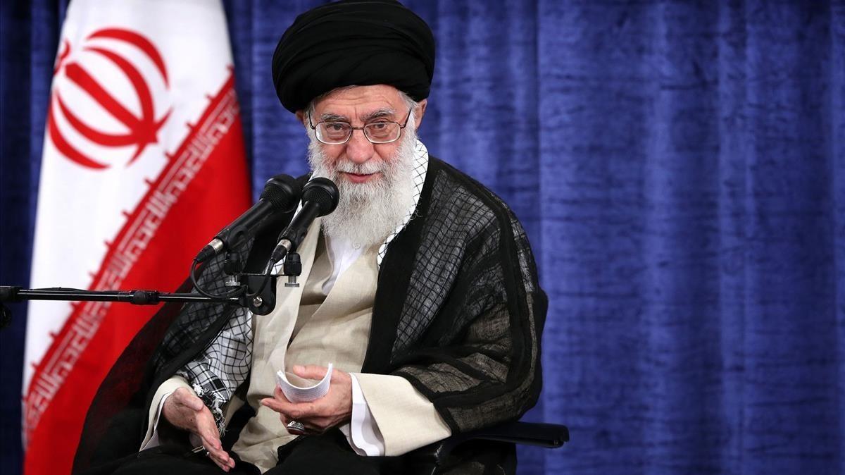 El ayatolá Alí Jameneien una reunión con miembros del Gobierno iraní el 23 de mayo.