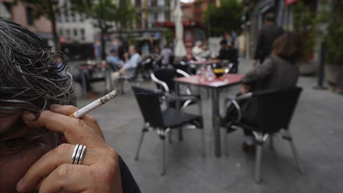 La mayoría de comunidades estudian prohibir fumar en la calle. En la foto, fumadores en una terraza de Madrid.